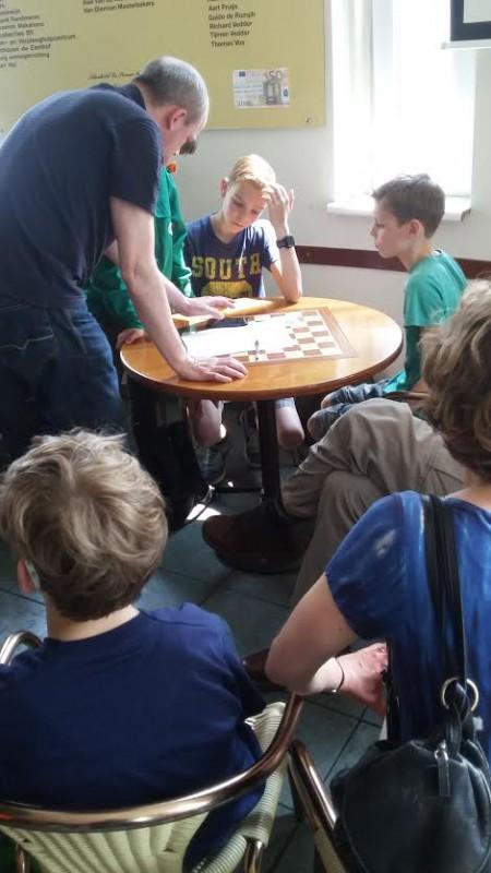 Martijn Kruiswijk geeft de jeugd instructies in het eindspel