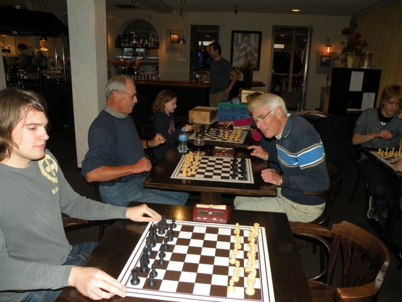 Jong en iets ouder achter het schaakbord