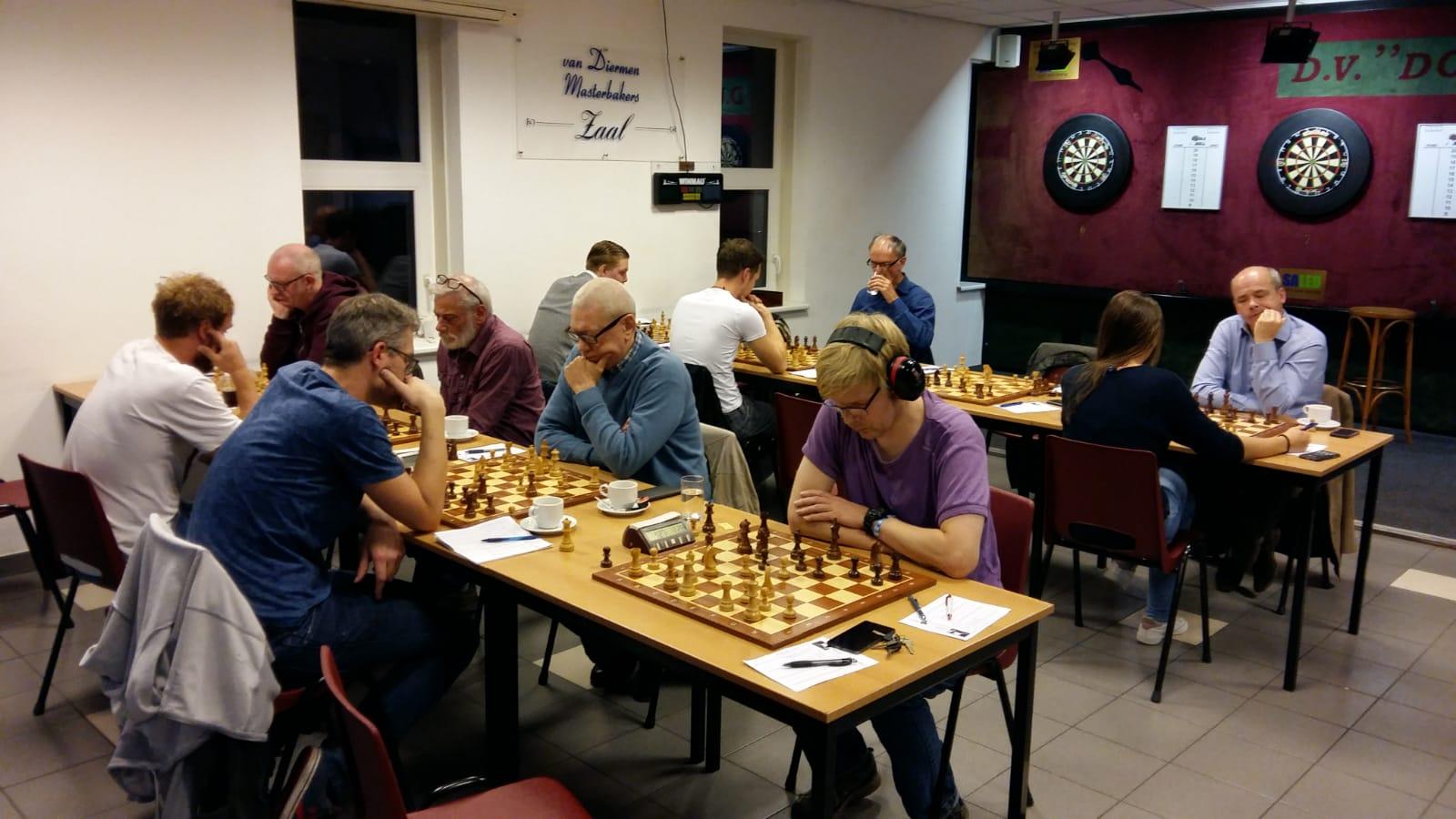 Baarns achttal wint in Bunschoten-Spakenburg